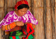 Panama Rundreise | Kuna Frau beim Nähen einer Mola, san blas Inselgruppe