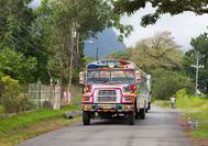 Typischer farbenfroher Bus