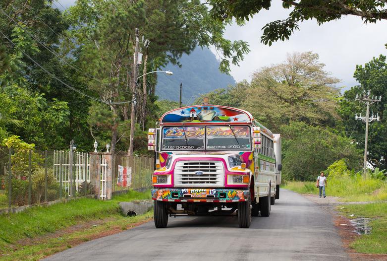 Panama Urlaub | Typischer farbenfroher Bus