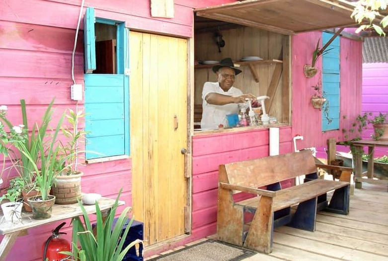Panama Rundreise   Farbenfrohe Bar in Bocas del Toro
