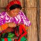 Panama Rundreise | Kuna Frau beim Nähen einer Mola, San Blas